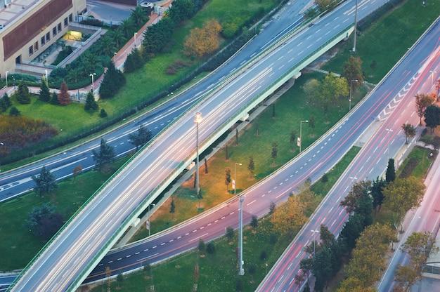 Luchtfoto hierboven van highway road junction bij zonsondergang. het kruisende snelweg viaduct. istanbul