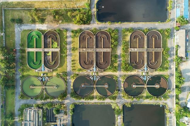 Luchtfoto hoge hoek bekeken top-down drone shot van de rioolwaterzuiveringsinstallatie in phuket thailand.