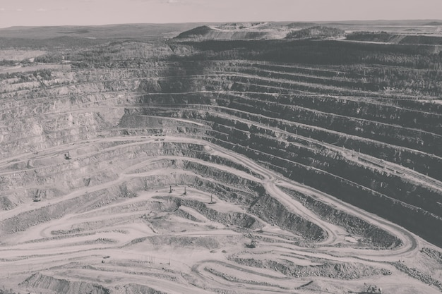Luchtfoto industrieel van bovengrondse mijngroeve met veel machines aan het werk - bekijk van bovenaf. extractie van kalk, krijt, calx, caol