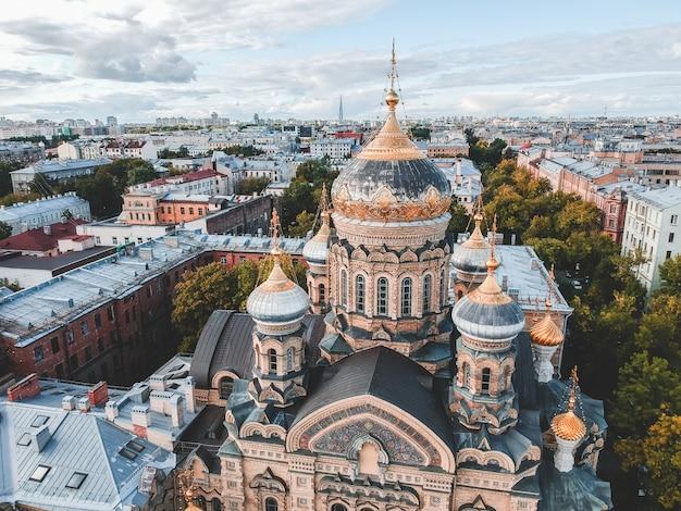 Luchtfoto kerk van de veronderstelling, de vergulde koepel, orthodoxe kerk, historische stadscentrum, vasileostrovskiy eiland, st. petersburg, rusland.