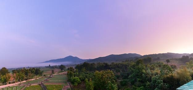 Luchtfoto landschap en berg met zonsopgang op ochtend in pua district, nan, thailand