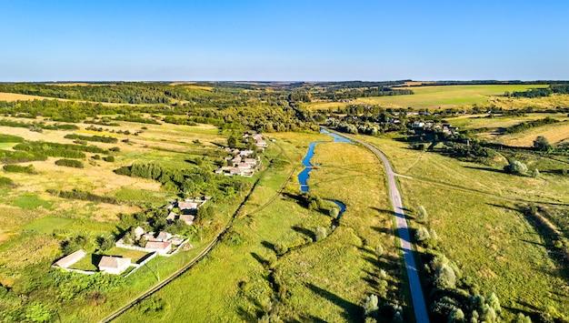 Luchtfoto landschap van het centrale russische hoogland. kosinova dorp, regio koersk.