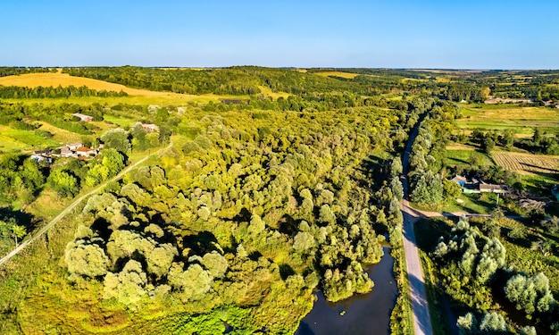 Luchtfoto landschap van het centrale russische hoogland. stoyanova dorp, regio koersk.