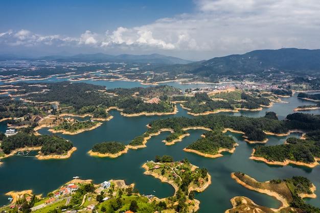 Luchtfoto landschap van het meer van guatape van rock of guatape, piedra del penol, colombia.