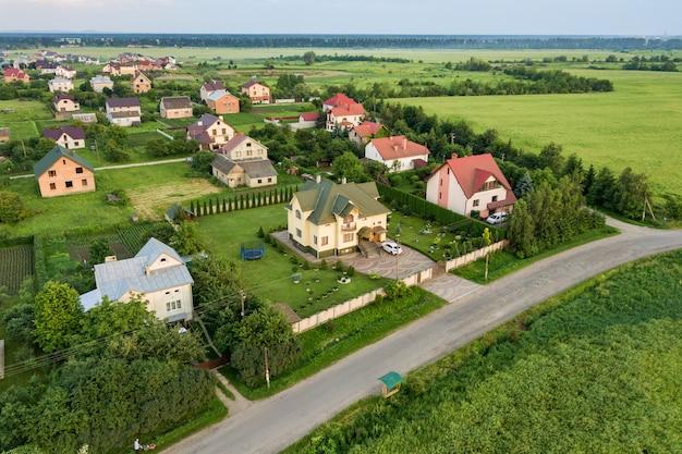 Luchtfoto landschap van kleine stad of dorp met rijen van woonhuizen en groene bomen.