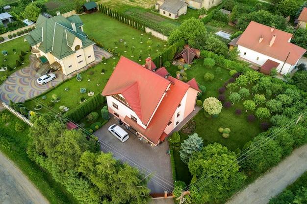 Luchtfoto landschap van kleine stad of dorp met rijen woonhuizen en groene bomen.
