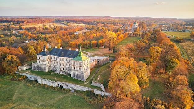 Luchtfoto landschap van podgortsy palace