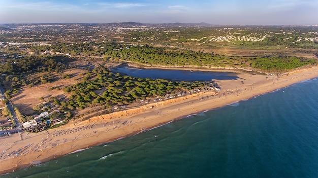 Luchtfoto. landschap vanuit de lucht van de stranden van de algarve quarteira vilamoura.