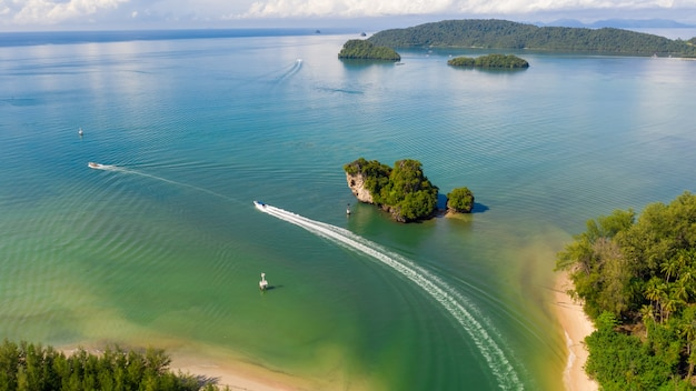 Luchtfoto landschappen bekijken zeilboot opspattend water op de zee-estuarium pier provincie phang nga thailand