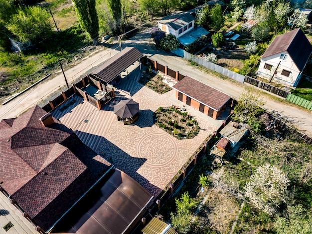 Luchtfoto luxe cottage nederzetting op een zonnige dag