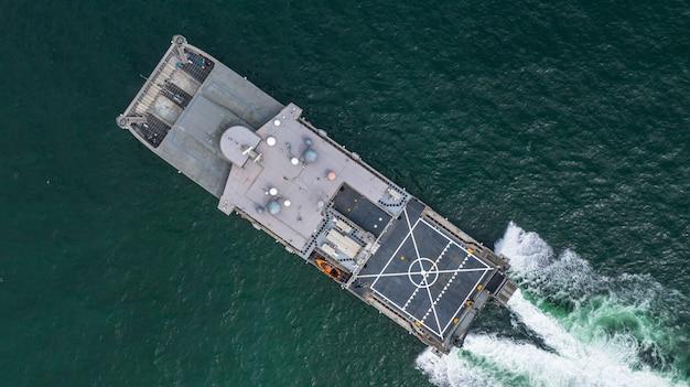 Luchtfoto marine militaire schip in de open zee, luchtfoto amfibische schip transport.