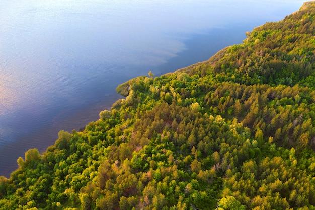 Luchtfoto meer en groene bossen op zonnige ochtend