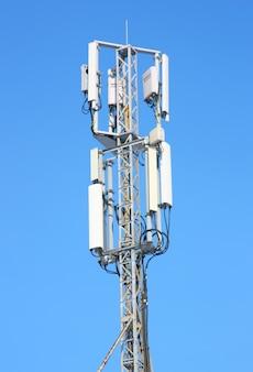 Luchtfoto mobiele communicatie tegen de blauwe hemel