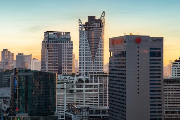 Luchtfoto moderne kantoorgebouwen in het centrum van bangkok met zonsondergang, bangkok, thailand