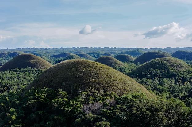 Luchtfoto mooi landschap van chocolate hills in cebu filippijnen onder een blauwe hemel