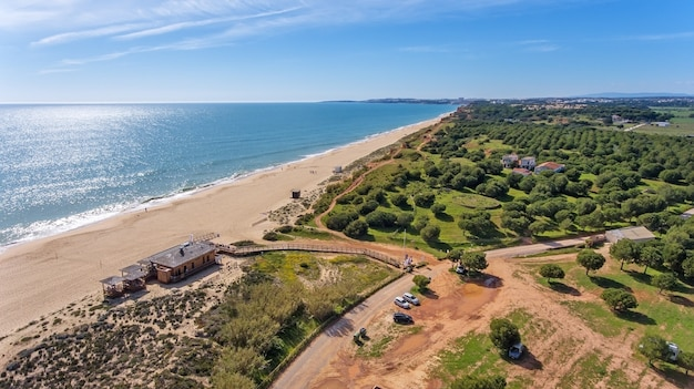 Luchtfoto. mooi strand dichtbij vilamoura portugal algarve.
