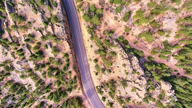 Luchtfoto naar beneden kijkend door rotsachtig woestijnlandschap