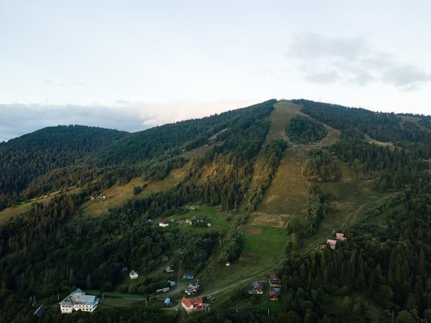 Luchtfoto naar karpaten dorp slavske met bergen