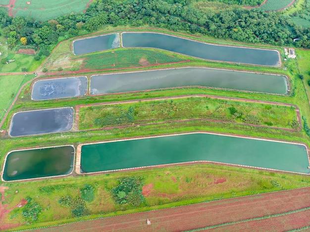 Luchtfoto naar rioolwaterzuiveringsinstallatie.