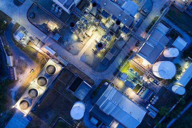 Luchtfoto nacht lichte olie-terminal is industriële faciliteit voor de opslag van olie en petrochemische.