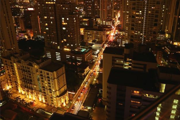 Luchtfoto nachtzicht van bangkok downtown gezien vanaf dakterras