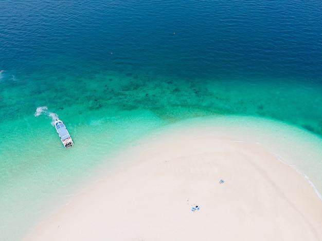 Luchtfoto natuur zee. turquoise zee en wit strandzand
