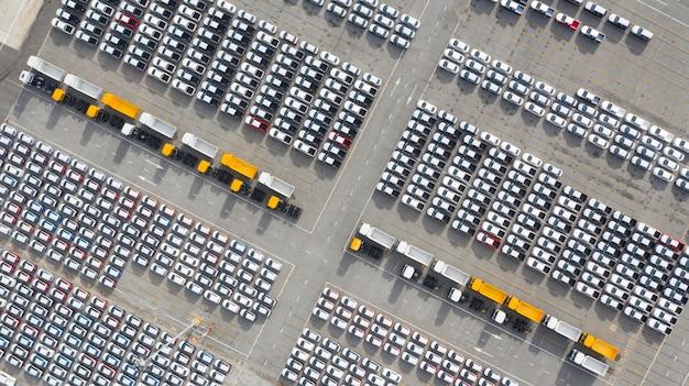 Luchtfoto nieuwe auto's export terminal, nieuwe auto's wachten op import export bij diepzeehaven.