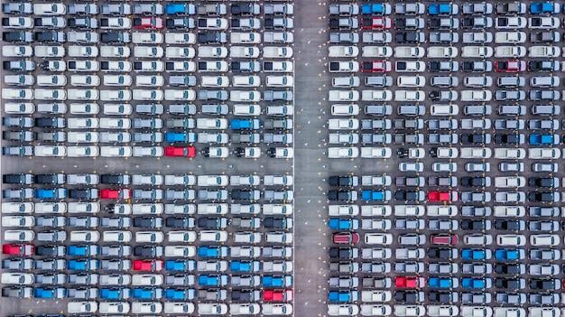 Luchtfoto nieuwe auto's opgesteld, autofabriek voor import en export.