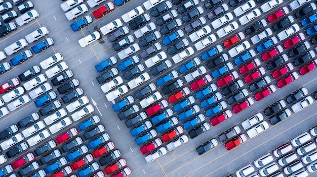 Luchtfoto nieuwe auto's te koop stockpartij rij, new cars dealer inventaris import export bedrijf logistiek grobal.