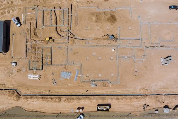 Luchtfoto nieuwe wooncomplexen voor bouwwerkzaamheden in het leggen van ondergrondse leidingen in de fundering