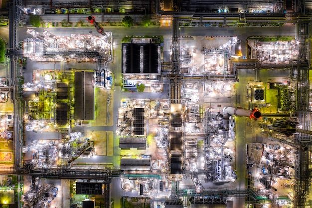 Luchtfoto olie raffinaderij en gas raffinaderij plant vorm industrie zone 's nachts.