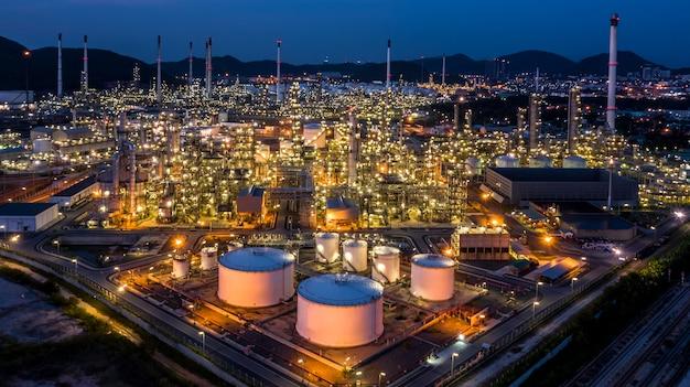 Luchtfoto olieraffinaderij plant fabriek bij avondschemering.