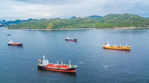 Luchtfoto olietanker schip en gastanker schip laden in de haven.