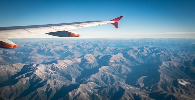 Luchtfoto op bergen met vliegtuigen vleugel in frames zuidelijke alpen van zuid-eiland nieuw-zeeland