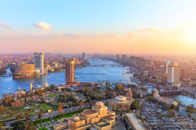 Luchtfoto op caïro bij zonsondergang, panorama vanaf de toren.
