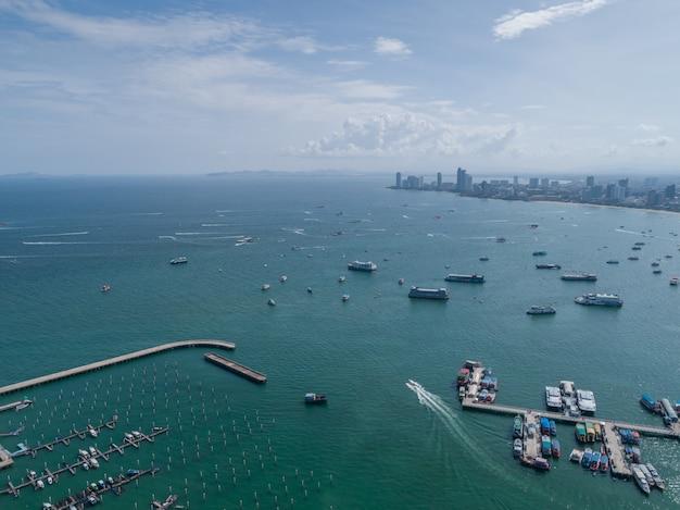 Luchtfoto op haven met luxe jachten - zeilboot haven, vele mooie afgemeerd zeil jachten in de zeehaven met blauwe lucht wolken.
