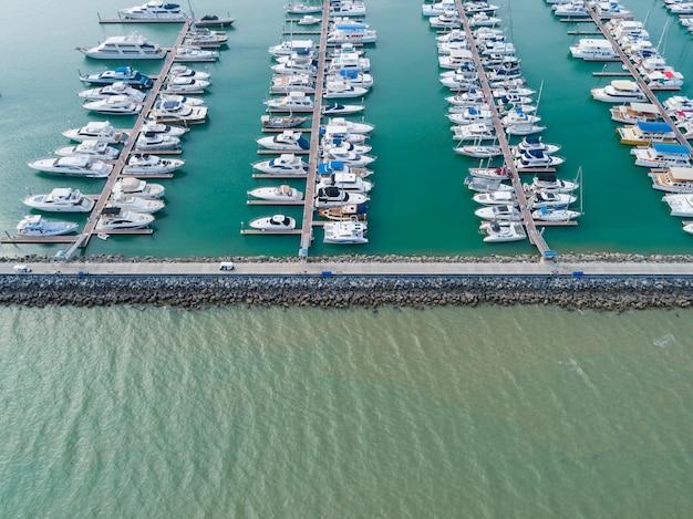 Luchtfoto op haven met luxe jachten - zeilboothaven, vele mooie afgemeerde zeiljachten in de zeehaven.