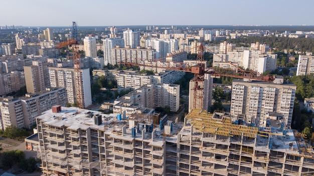 Luchtfoto op het gebouw met bouwkranen