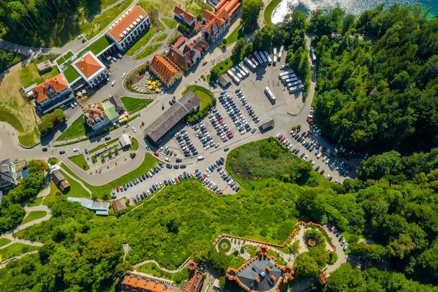 Luchtfoto op hohenschwangau castle schwangau, beieren, duitsland. drone foto van landschap met bomen.