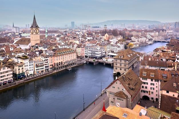 Luchtfoto op kerk van st. peter en de rivier de limmat van grossmunster, zürich, zwitserland