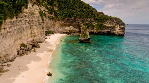 Luchtfoto op nauwelijks toegankelijk verlaten strand