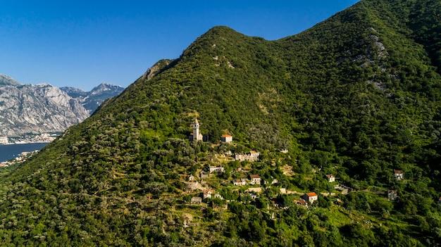 Luchtfoto oud verlaten dorp in de bergen. dorp gornji stoliv, baai van kotor, montenegro.