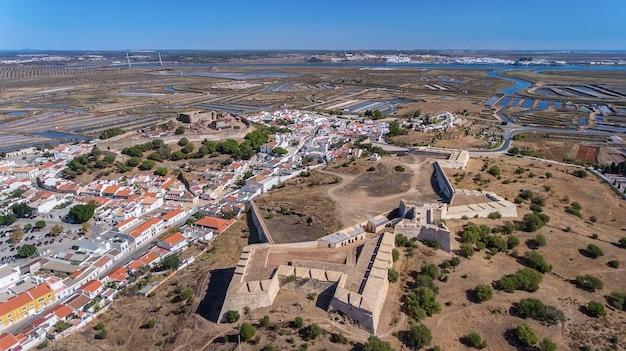 Luchtfoto. oude muren van de militaire nederzetting van het kasteel castro marim, portugal