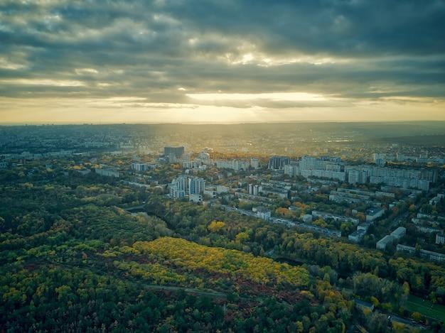 Luchtfoto over de stad in de herfst bij zonsondergang. kihinev stad, moldavië republiek.