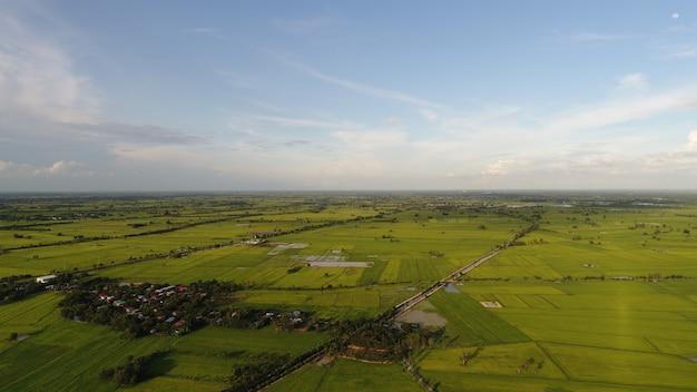 Luchtfoto over klein dorp, landweg.