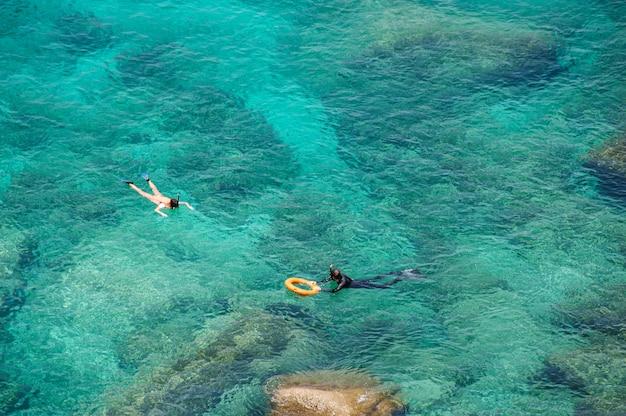 Luchtfoto paar snorkelen in de zee