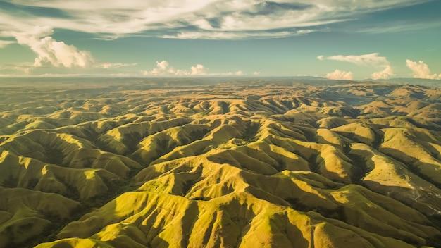 Luchtfoto panorama groene heuvels. drone schoot. indonesië