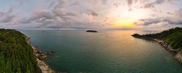 Luchtfoto panorama landschapsmening van zonsondergang over zee