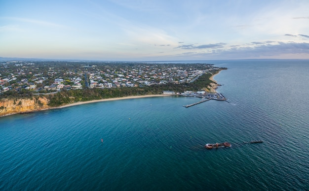 Luchtfoto panorama van black rock pier