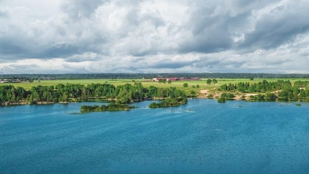 Luchtfoto panorama van een reservoir in de voorsteden